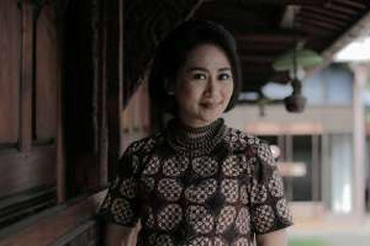 Pemeran film Surat Cinta untuk Kartini, Ayu Dyah Pasha berpose di sela-sela wawancara di Bentara Budaya Jakarta, Jumat (15/4/2016). Film fiksi yang mengangkat sisi lain cerita sosok Kartini tersebut akan mulai tayang di bioskop pada 21 April 2016.