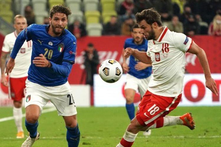 Manuele Locatelli (kiri) berduel dengan Bartosz Bereszynski (kanan) pada laga Polandia vs Italia dalam lanjutan UEFA Nations League Grup A1 yang berlangsung di Stadion Energa Gdansk, Minggu (11/10/2020).