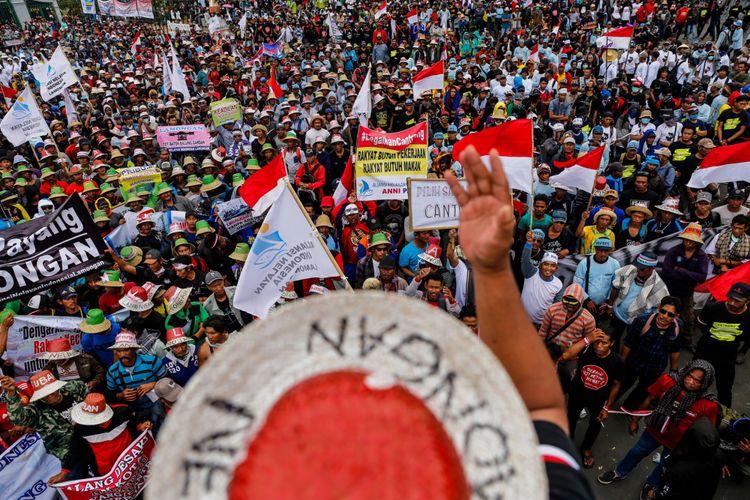 Nelayan dari berbagai daerah menggelar aksi demonstrasi di depan Istana Negara, Jakarta Pusat, Rabu (17/1/2018). Mereka menolak aturan pelarangan penggunaan cantrang oleh Kementerian Kelautan dan Perikanan ( KKP) dan mendesak Pemerintah mencabut Peraturan Menteri Nomor 2/2015 yang mengatur penggunaan alat cantrang oleh nelayan tradisional.