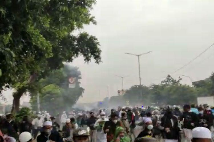 Massa diduga simpatisan Rizieq Shihab kocar kacir setelah polisi menembakkan gas air mata di Jalan I Gusti Ngurah Rai dekat flyover Pondok Kopi, Jakarta Timur pada Kamis (24/6/2021) pagi.