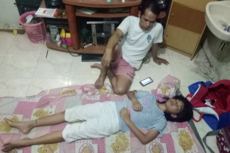 Mulyadi dengan setia menunggui putrinya, Echa, yang sedang tidur, Sabtu (21/10/2017) malam. Echa sudah nonstop tidur selama 13 hari, lalu sempat bangun sebentar dan tidur lagi.