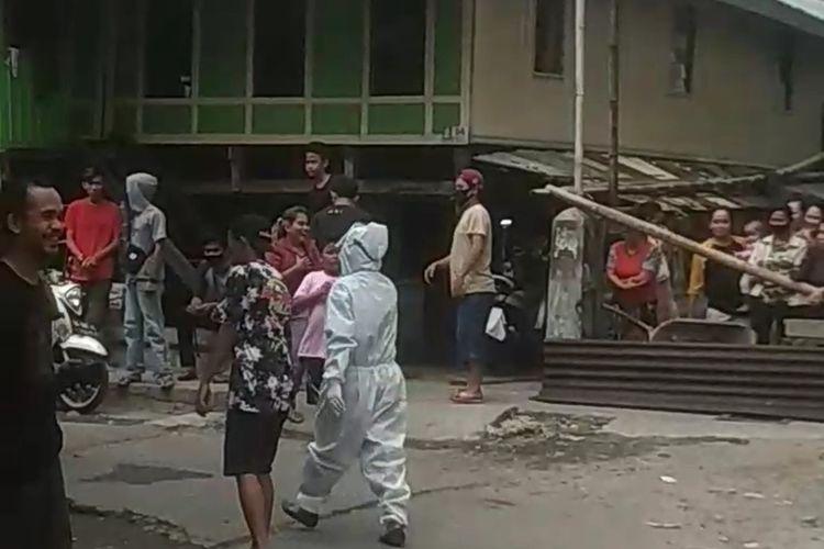 Seorang petugas medis yang mengenakan APD lengkap diteriaki warga saat hendak melakukan rapid test di Kelurahan Layang, Makassar, Sabtu (6/6/2020).