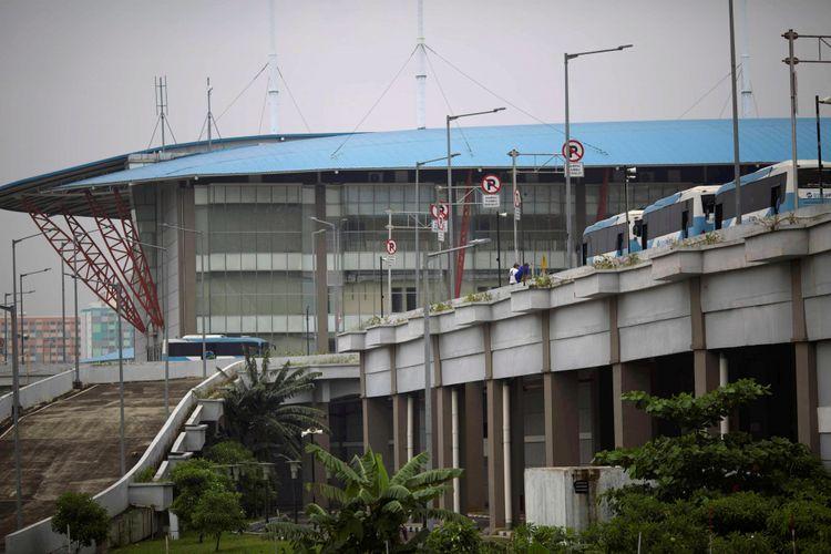Bus pengumpan transjakarta menunggu jadwal keberangkatan di Terminal Pulogebang, Jakarta Timur, Selasa (31/1/2017). Operasi bus hingga pinggiran diharapkan memberi alternatif angkutan umum yang murah dan nyaman antarkota di Jabodetabek.  Kompas/Agus Susanto (AGS) 31-01-2017 *** Local Caption *** Bus pengumpan transjakarta menunggu jadwal keberangkatan di Terminal Pulogebang, Jakarta Timur, Selasa (31/1). Operasi bus hingga pinggiran diharapkan memberi alternatif angkutan umum yang murah dan nyaman antarkota di Jabodetabek.  Kompas/Agus Susanto (AGS) 31-01-2017