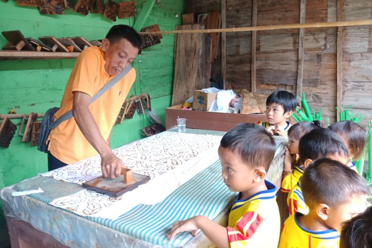 Sriyono Abdul Qohar sedang mengajar anak-anak usia dini. Sriyono merupakan guru PAUD disabilitas asal Blora, Jawa Tengah yang mendapatkan penghargaan dari Kementerian Pendidikan dan Kebudayaan dengan kategori penyandang cacat peduli PAUD. Ia mendirikan dan mengajar di PAUD Gembira Ria di Blora.