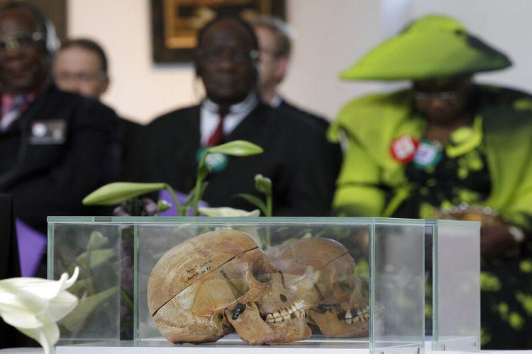 Pada Kamis, 29 September 2011 ini arsip foto tengkorak orang Ovaherero dan Nama ditampilkan saat devosi yang dihadiri oleh perwakilan suku dari Namibia di Berlin, Jerman.