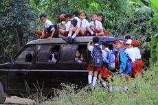 Mobil Tua Tembus Hutan Pinus Bawa 40 Bocah ke Sekolah...