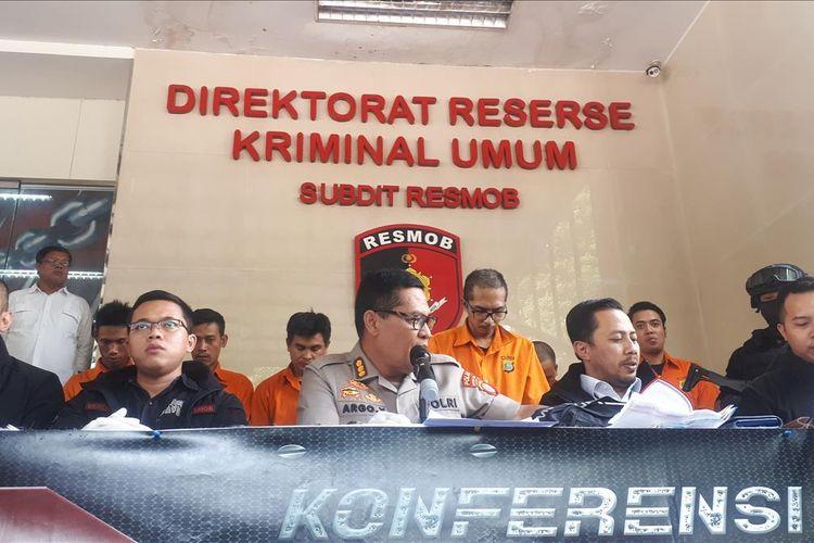 Polisi menangkap dua tersangka pencurian rumah kosong di kawasan Bekasi, Jawa Barat. Masing- masing tersangka berinisial OM (38) dan DH (30). Foto saat konferensi pers digelar di Polda Metro Jaya, Jakarta Selatan, Rabu (24/7/2019).