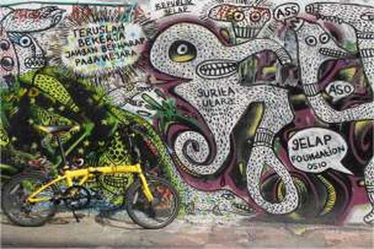 Mural menghiasi tembok tua di sisi timur Pasar Beringharjo, Yogyakarta. Mural ini berisi ajakan kepara rakyat untuk terus bekerja di tengah kondisi negara yang tidak bisa diharapkan. Difoto tahun 2010, tembok tempat mural ini sudah dirobohkan.