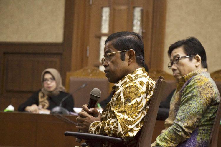 Mantan Menteri Sosial Idrus Marham (tengah) bersama Pemilik PT Borneo Lumbung Energi dan Metal Samin Tan (kanan) memberikan kesaksian untuk Terdakwa kasus suap PLTU Riau-1 Eni Maulani Saragih (kiri) dalam sidang lanjutan di Pengadilan Tipikor, Jakarta, Rabu (2/1/2019). Sidang dengan terdakwa  Mantan Wakil Ketua Komisi VII DPR dari fraksi Golkar Eni Saragih tersebut beragendakan mendengarkan keterangan saksi yaitu mantan Menteri Sosial Idrus Marham dan Pemilik PT Borneo Lumbung Energi dan Metal Samin Tan yang dihadirkan oleh Jaksa Penuntut Umum. ANTARA FOTO/Galih Pradipta/hp.
