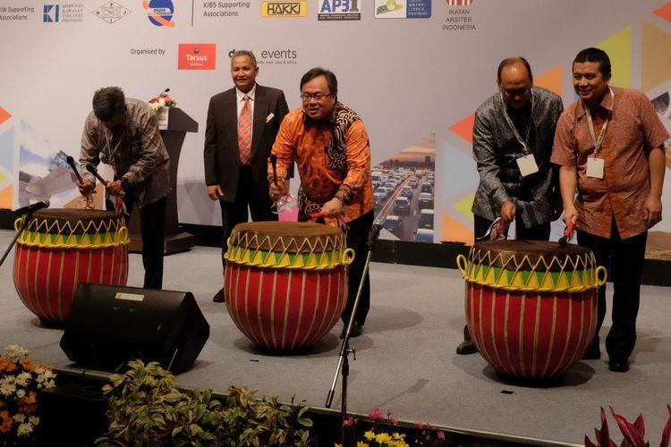 (tengah, berbatik) Menteri PPN/Bappenas Bambang Bridjonegoro saat membuka acara IIW 2017