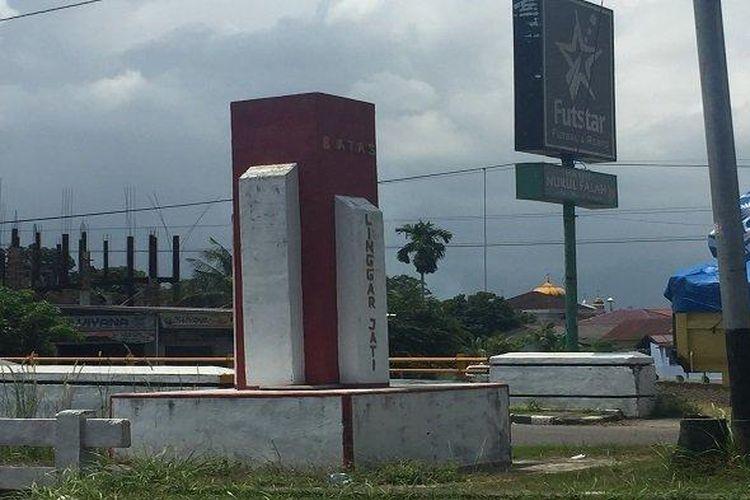 Tugu Monumen Linggarjati di Tabing Kota Padang sebelum dirobohkan