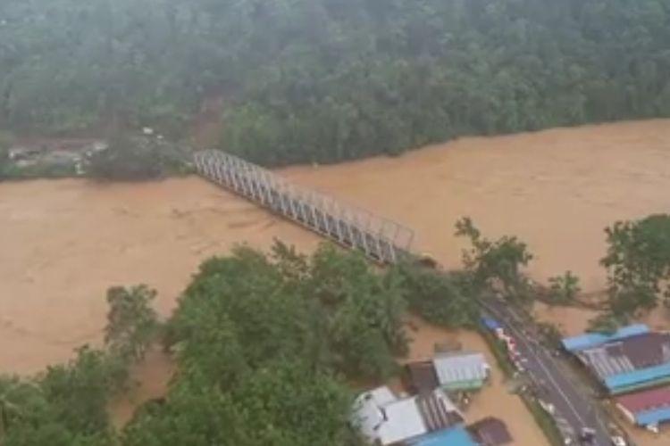 Jembatan Asera yang menghubung antara Provinsi Sulawesi Tenggara dengan Sulawesi Tengah putus diterjang banjir bandang di Kabupaten Konawe Utara,  tercatat 6 enam kecamatan terisolir dan ribuan jiwa mengungsi (foto istimewa)
