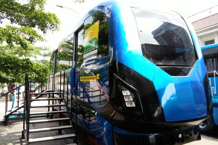 Purwarupa moda transportasi masa depan Kota Bandung, LRT Metro Kapsul Bandung telah terpasang di Alun-alun Bandung, Jalan Asia Afrika, Rabu (5/4/2017)