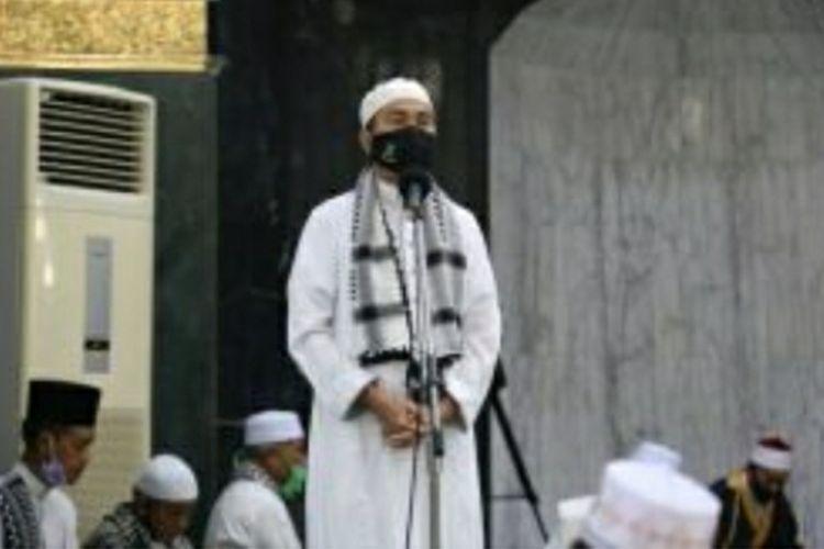 Gubernur Riau Syamsuar memberikan sambutan usai shalat  Idul Adha di Masjid Raya Agung Annur di Kota Pekanbaru, Riau, Jumat (31/7/2020).