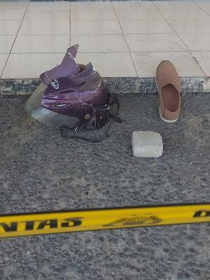 Helm dan sepatu pelaku yang tertinggal di lokasi. Toko Emas Morodai di Kecamatan Barat Kabupaten Magetan menjadi korban perampokan seorang pria dengan bersenjata pistol. Pelaku juga mengancam menggunakan bom.