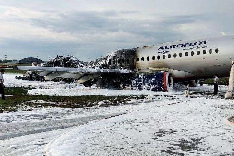 Pesawat Sukhoi Superjet 100 milik maskapai Aeroflot yang rusak setelah pendaratan darurat di bandara Sheremetyevo, Moskow, 5 Mei 2019.(City News Moskva/Handout via REUTERS)