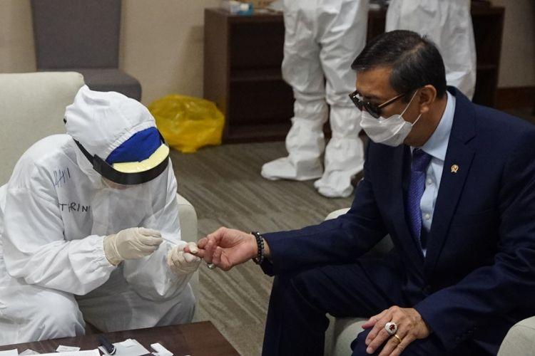 Menteri Hukum dan HAM Yasonna Laoly mendarat di Bandara Sekarno Hatta dan menjalani rapid test saat memimpin ekstradisi Maria Pauline Lumowa, buron kasus pembobolan BNI yang baru saja tiba di Bandara Soekarno-Hatta, Kamis (9/7/2020).