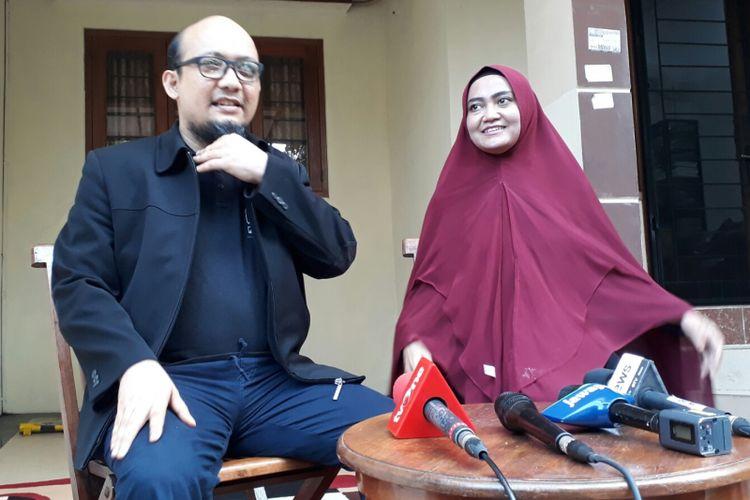 Penyidik Komisi Pemberantasan Korupsi Novel Baswedan didampingi oleh istrinya Rina Emilda saat menerima wawancara dengan sejumlah media massa di kediamannya di Jalan Deposito RT 003 RW 010, Kelapa Gading, Jakarta Utara, Selasa (27/2/2018).