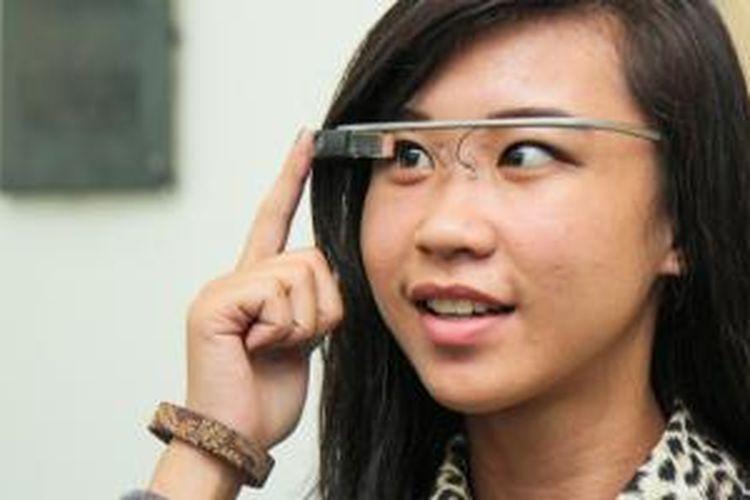 Stella, perwakilan anggota FemaleDev dari kota Pontianak mencoba kacamata pintar Google Glass