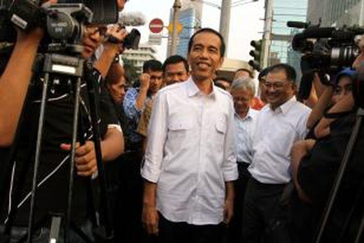 Gubernur DKI Jakarta Joko Widodo (tengah)
