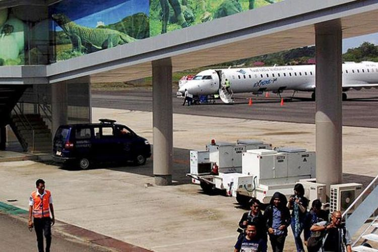 Wisatawan tiba di Bandara Komodo, Labuan Bajo, Manggarai Barat, Nusa Tenggara Timur, Rabu (26/10/2016), menggunakan pesawat Garuda Indonesia yang berangkat langsung dari Jakarta. Penerbangan langsung sekitar dua jam itu dinilai dapat meningkatkan kunjungan wisatawan.