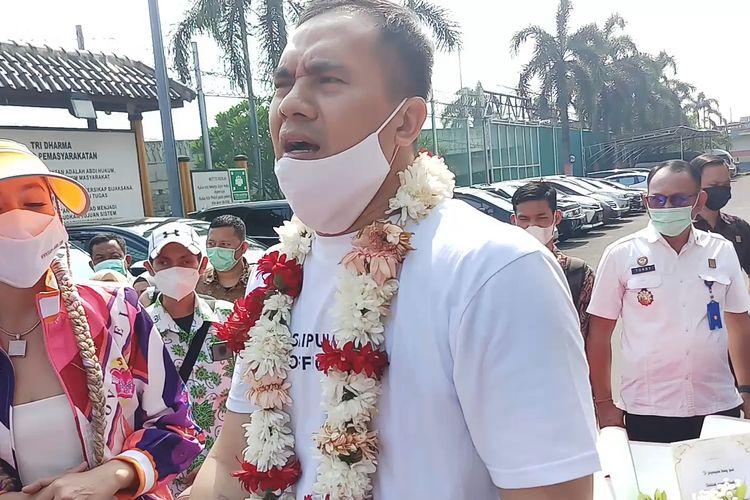 Penyanyi dangdut Saipul Jamil bebas dari Lapas Kelas 1 Cipinang, Jakarta Timur, Kamis (2/9/2021). Bang Ipul nazar berziarah ke makam Jupe dan Olga Syahputra.