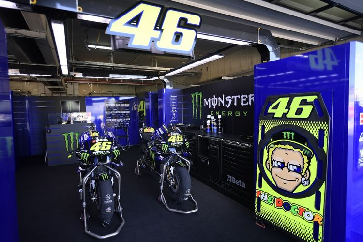 Valentino Rossi absen di MotoGP Aragon. (Photo by JOSE JORDAN / AFP)