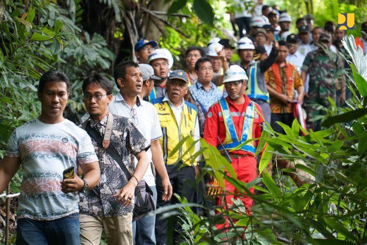 Menteri Pekerjaan Umum dan Perumahan Rakyat (PUPR) Basuki Hadimuljono meninjau mata air Aerujang, Kota Bitung, Minggu (1/3/2020).