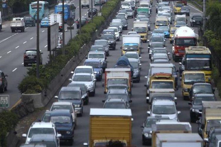 Antrean kendaraan di Tol Tangerang-Jakarta di Kawasan Kebon Jeruk, Jakarta Barat, mencapai lebih dari 3,5 kilometer, Senin (21/1/2013). Lalu lintas Jakarta kebali ramai setelah sekitar lima hari lengang karena banjir.