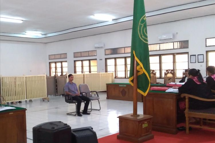 Terdakwa Nurul Safarid menjalani sidang di Pengadilan Negeri (PN) Banjarnegara, Jawa Tengah, Kamis (11/7/2019).