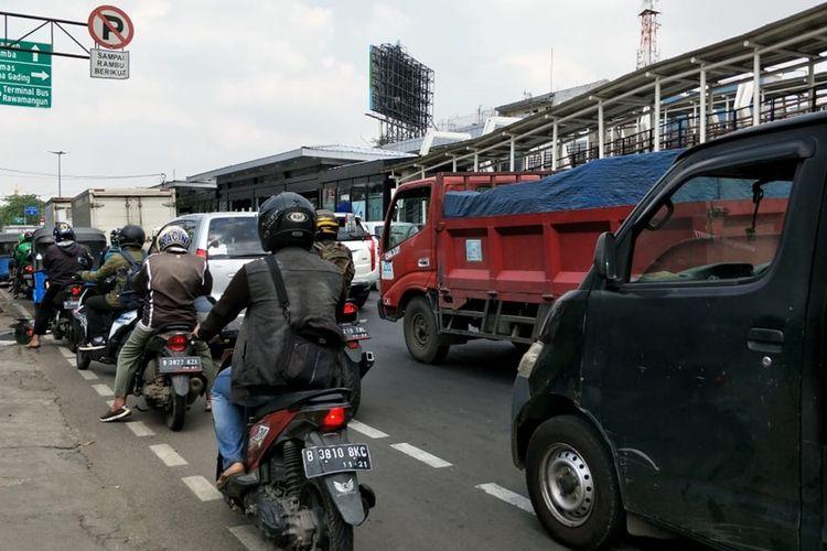 Pengendara melanggar jalur sepeda di lampu merah perempatan, Velodrome, Jalan Pemuda, Jakarta Timur, Rabu (20/11/2019).
