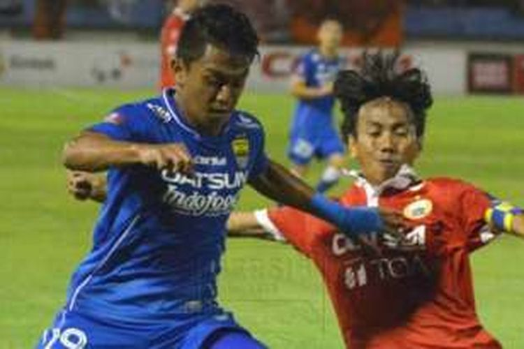 Pertandingan antara Persija Jakarta dan Persib Bandung di Stadion Manahan, Solo, Sabtu (5/11/2016).
