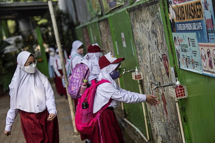 Sejumlah siswa mencuci tangannya seusai mengikuti embelajaran tatap muka di SDN Pondok Labu 14 Pagi, Jakarta Selatan, Senin (30/8/2021). Sebanyak 610 sekolah di Ibu Kota menggelar pembelajaran tatap muka secara terbatas dengan protokol kesehatan ketat.