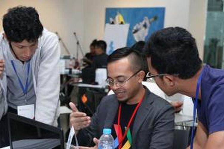 Borrys Hasian (Head of UX and Design Rakuten Viki) memberikan bimbingan kepada salah satu startup.