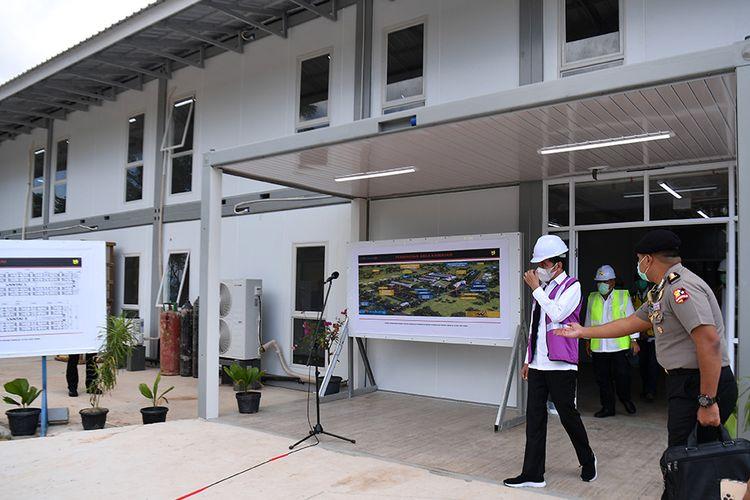 Presiden Joko Widodo (ketiga kanan) didampingi Menteri PUPR Basuki Hadimuljono (kedua kanan) meninjau Rumah Sakit Darurat Penanganan COVID-19 di Pulau Galang, Batam, Kepulauan Riau, Rabu (1/4/2020). Kunjungan kerja tersebut untuk memastikan kesiapan rumah sakit yang akan mulai beroperasi pada Senin 6 April 2020 mendatang.