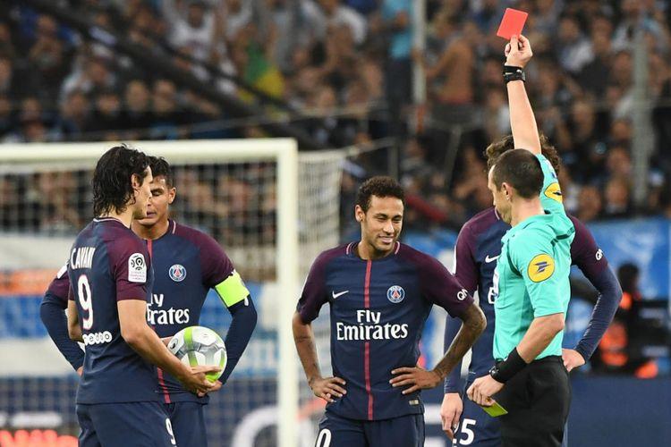 Neymar mendapat kartu merah pada pertandingan antara Marseille dan PSG di Stade Velodrome, Minggu (22/10/2017).