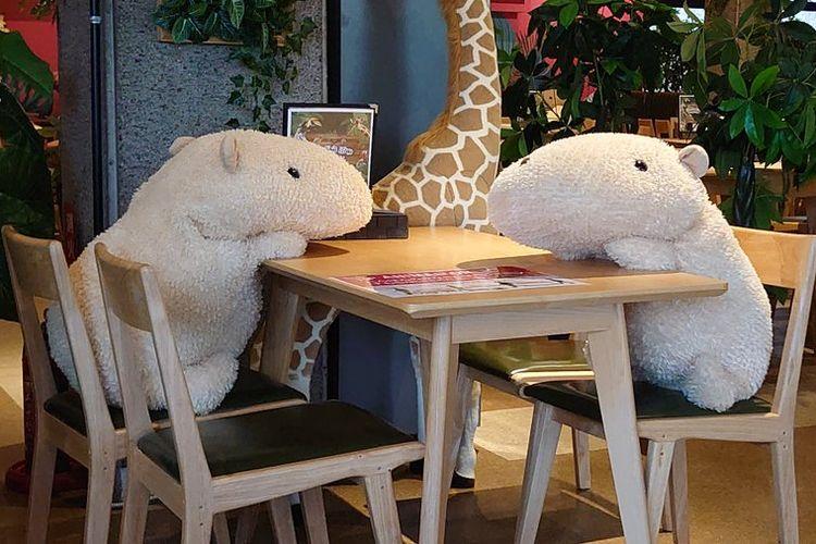 Boneka ditempatkan di kursi restoran untuk menjaga jarak antar tamu.