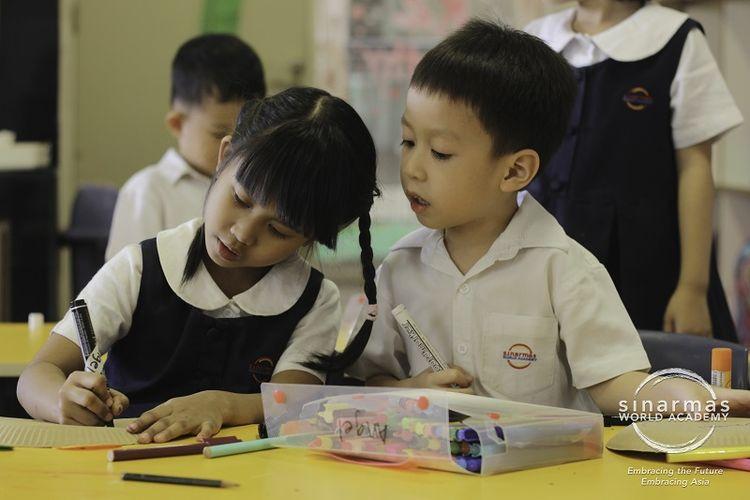 Anak-anak bisa diajarkan tentang values, believe, independent thinking, kerja tim, dan peduli terhadap orang lain supaya bisa bersaing.