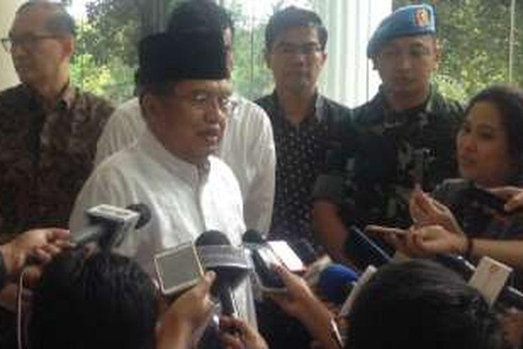 Wakil Presiden Jusuf Kalla beberapa saat seusai menunaikan shalat Jumat bersama peserta aksi doa bersama, Jumat (2/12/2016).