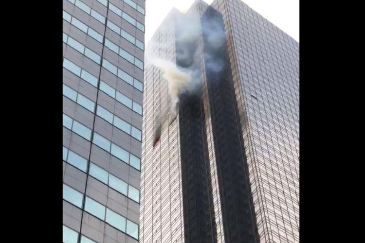 Menara Trump di New York, Amerika Serikat, mengalami kebakaran dan menewaskan seorang pria lansia, Sabtu (7/4/2018). (Twitter/Brian Lawton)