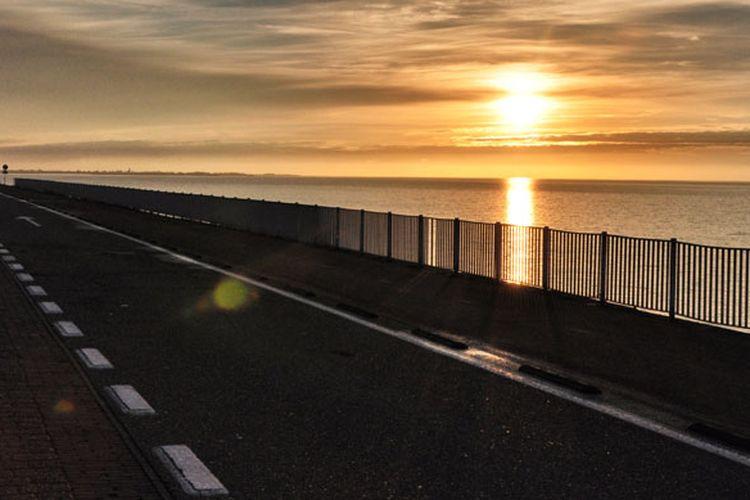 Menikmati sunset di Afsluitdijk, Belanda. Afsluitdijk merupakan sebuah bendungan besar dengan jalan raya di tengahnya yang membentang sepanjang 32 kilometer.