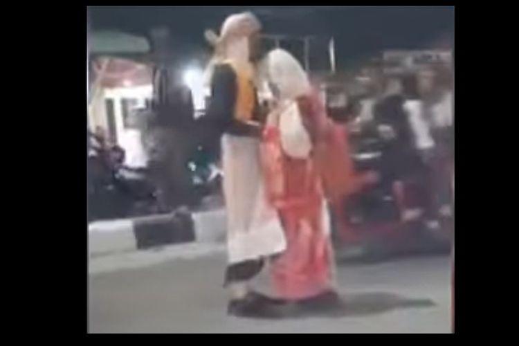 Dua sejoli yang berpegangan tangan di jalan, kemudian berpelukan tak mau lepas saat diangkut petugas di Medan yang viral.