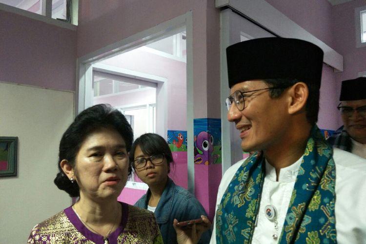 Wakil Gubernur DKI Jakarta Sandiaga Uno saat meninjau ruang NICU yang bernuansa pink di RSUD Budhi Asih, Jalan Dewi Sartika, Jumat (5/1/2018).