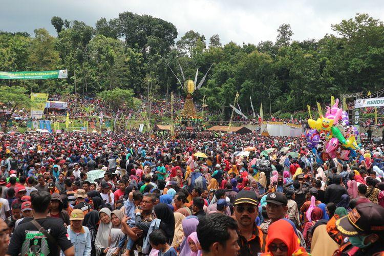 Suasana di lokasi Kenduri Durian Wonosalam yang digelar di lapangan Kecamatan Wonosalam, Kabupaten Jombang, Jawa Timur, Minggu (8/3/2020).