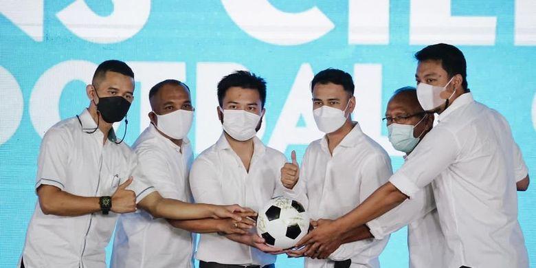Roofi Ardian bersama Raffi Ahmad dan jajaran lainnya meresmikan RANS Cilegon FC.