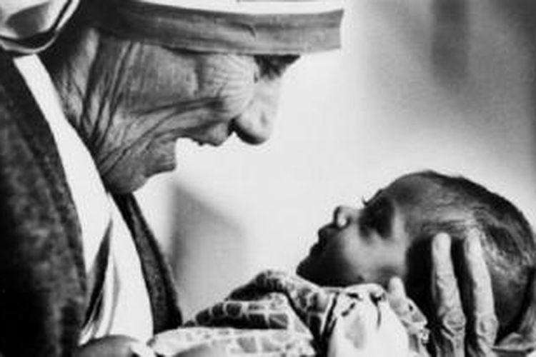 Motivasi Bunda Teresa membantu rakyat miskin India dipertanyakan oleh pemimpin Hindu.