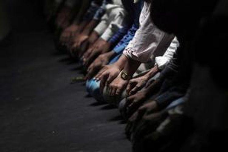 Warga muslim Nepal melangsungkan shalat di hari pertama puasa bulan Ramadhan di Masjid Kathmandu, 19 Juni 2015.