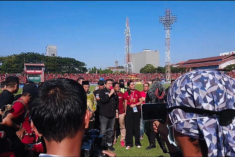 Munafri Arifuddin, CEO PSM Makassar, memberikan sambutan kepada fans PSM di Stadion Mattoangin, Makassar, usai ditundanya laga leg kedua final Piala Indonesia, Minggu (28/7/2019).