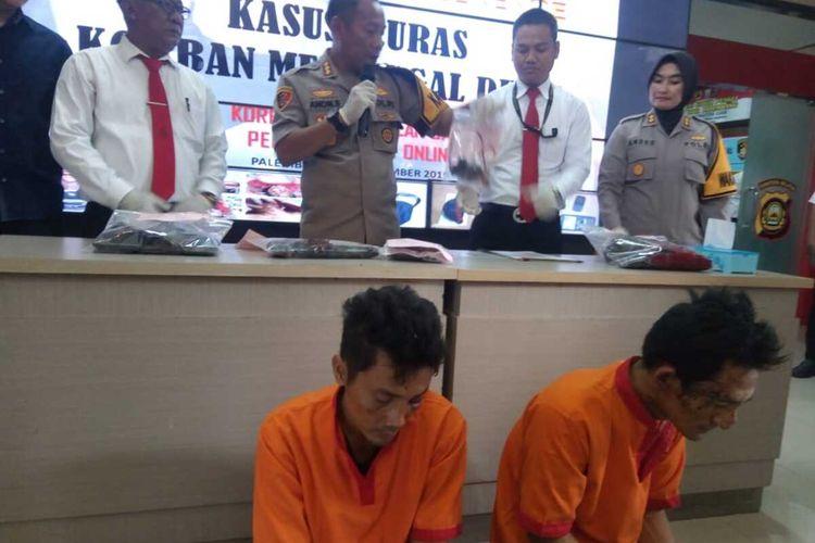 Abib Samudra (36) dan Sulaiman (37) dua pelaku begal yang menewaskan Ruslan Sani (43) sopir taksi online saat berada di Polresta Palembang, Senin (30/12/2019).