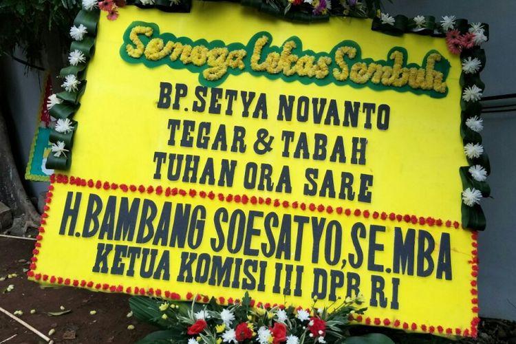 Karangan bunga untuk Ketua DPR RI Setya Novanto dari Ketua Komisi III DPR RI Bambang Soesatyo di Rumah Sakit Cipto Mangunkusumo (RSCM) Kencana, Jakarta Pusat, Sabtu (18/11/2017).